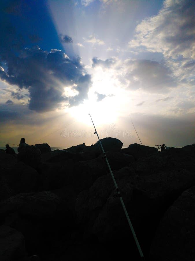 Rod sur le fond d'un beau coucher du soleil Les résultats logiques de la pêche photographie stock