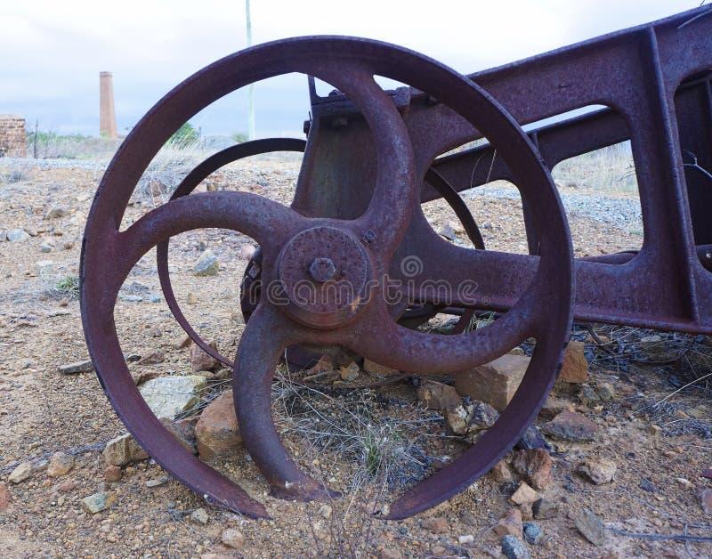 Roda abandonada da maquinaria de mina do ouro foto de stock royalty free