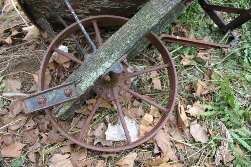 Roda antiga do carrinho de mão fotografia de stock