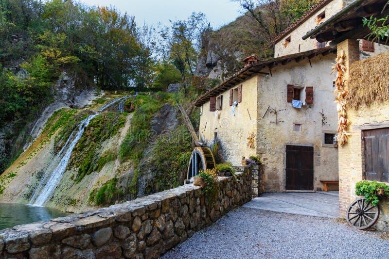 Roda antiga do watermill, della Croda de Molinetto no vale de Lierza Refrontolo Italy foto de stock
