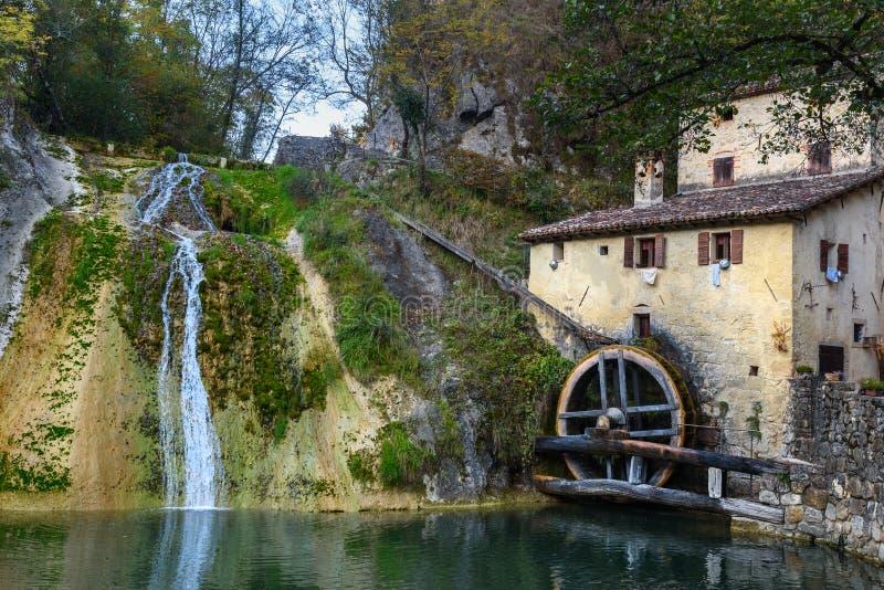 Roda antiga do watermill, della Croda de Molinetto no vale de Lierza Refrontolo Italy imagens de stock