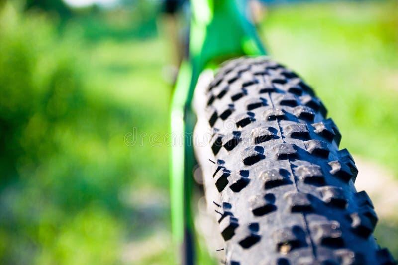 Roda da bicicleta de montanha e detalhe do pneu imagens de stock royalty free