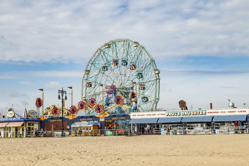 A roda da maravilha é roda do eccentric de cem e cinqüênta pés fotografia de stock royalty free