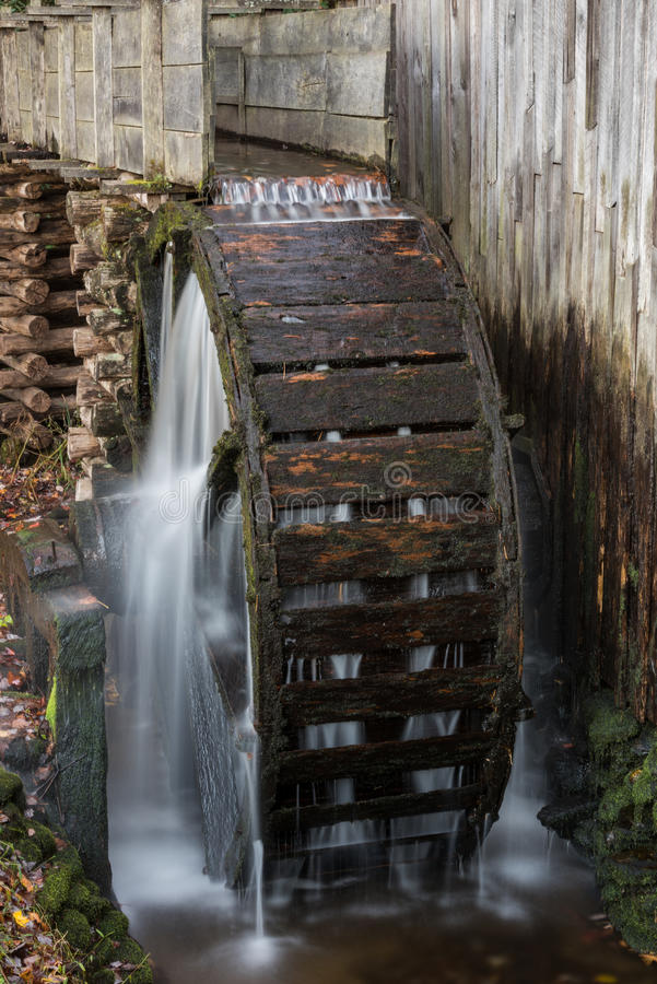 Roda de água no moinho velho fotos de stock