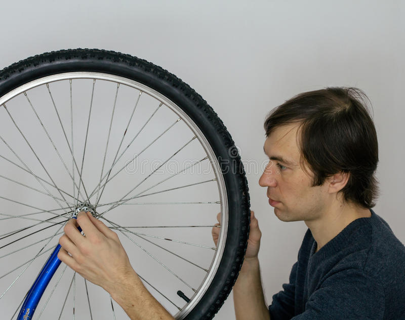 Roda de bicicleta que repearing fotografia de stock royalty free