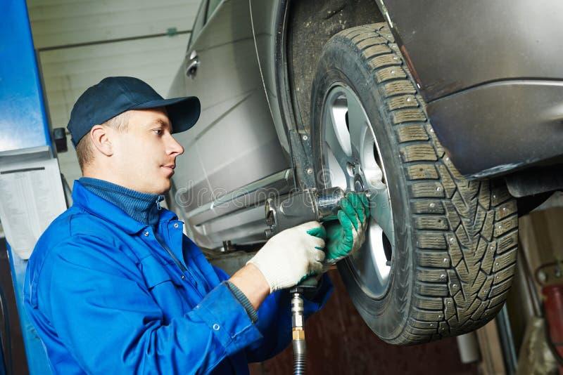 Roda de carro de parafusamento do auto mecânico pela chave imagem de stock royalty free
