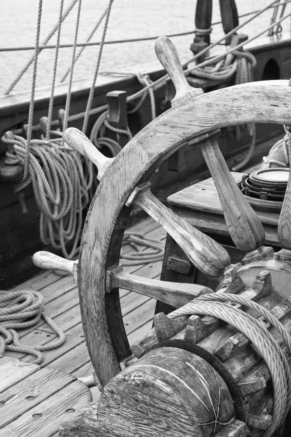 Roda de direcção de uma embarcação de navigação imagens de stock royalty free