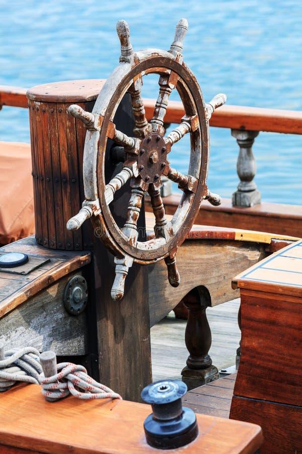 Roda de direcção velha do barco fotos de stock