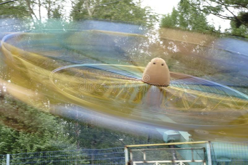 Roda de ferris abstrata do borrão de movimento que gira na noite, exposição longa imagens de stock