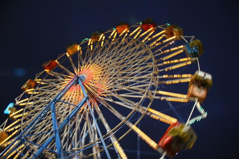 Roda de Ferris borrada movimento do nighttime imagem de stock