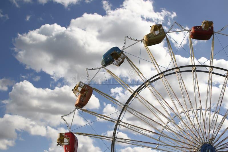Roda de Ferris com céu bonito imagem de stock royalty free