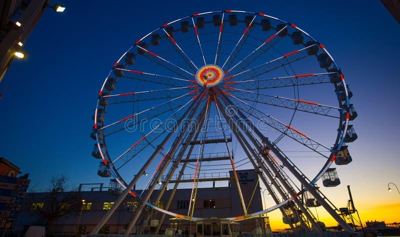 Roda de Ferris com luzes coloridas na zona do porto do ` de Porto Antico do ` em Genoa, Itália fotos de stock royalty free