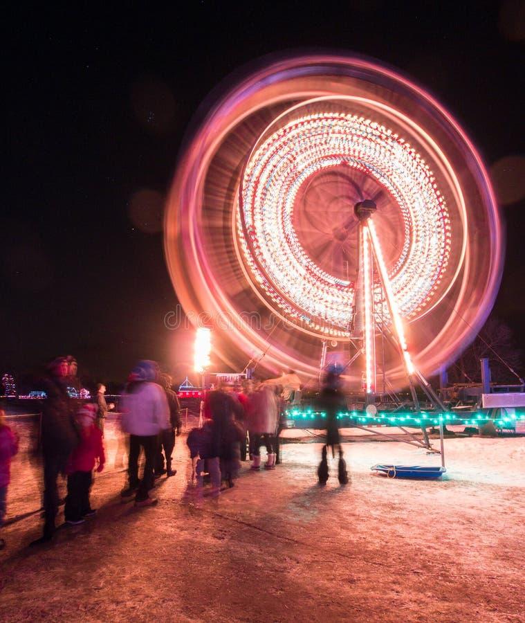 Roda de ferris de giro na vila superior de Canadá da noite imagens de stock