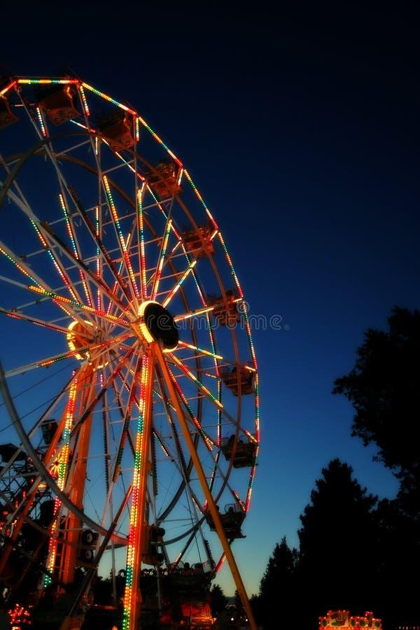 Roda de Ferris de incandescência do carnaval fotos de stock royalty free