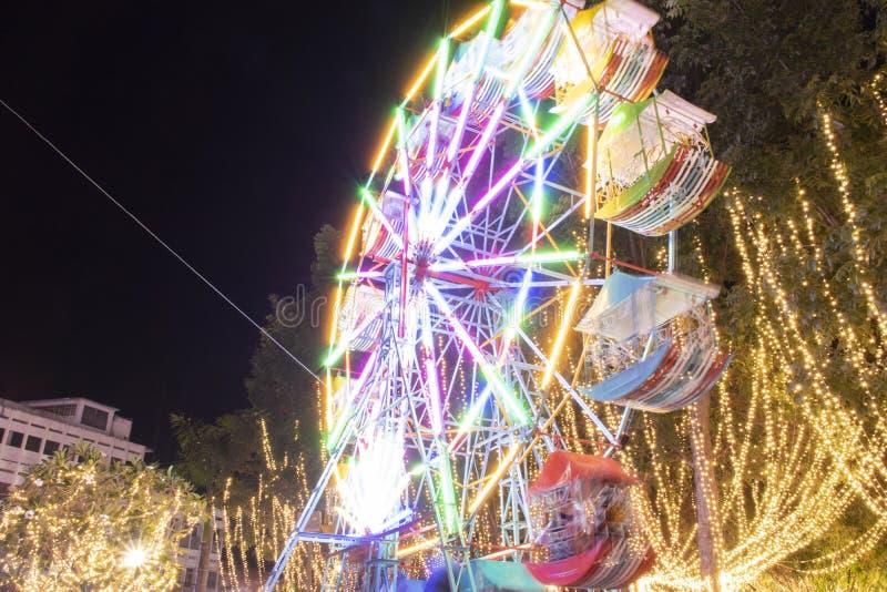 A roda de ferris Defocused com luzes coloridas, borra o fundo abstrato pronto para seu projeto fotos de stock