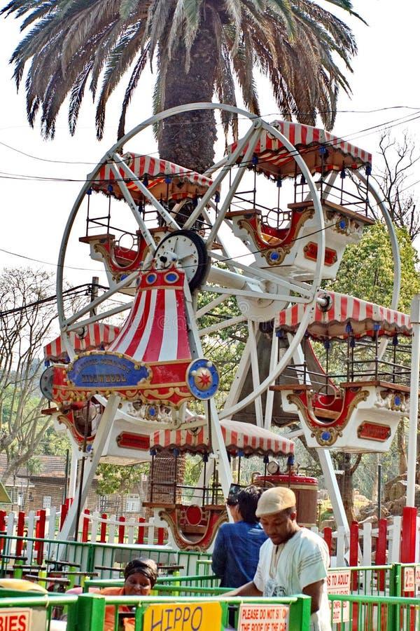 Roda de ferris do parque de diversões imagens de stock