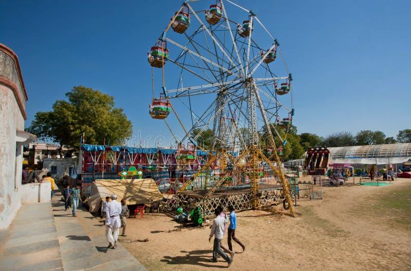 Roda de Ferris em um parque de diversões foto de stock royalty free