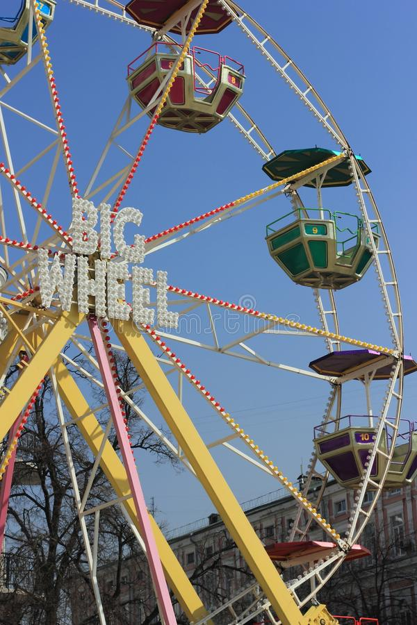 Roda de Ferris de encontro ao céu azul imagens de stock