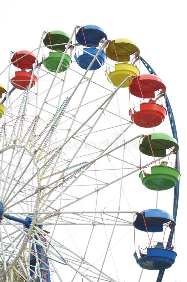 Roda de Ferris de encontro ao céu azul imagens de stock royalty free