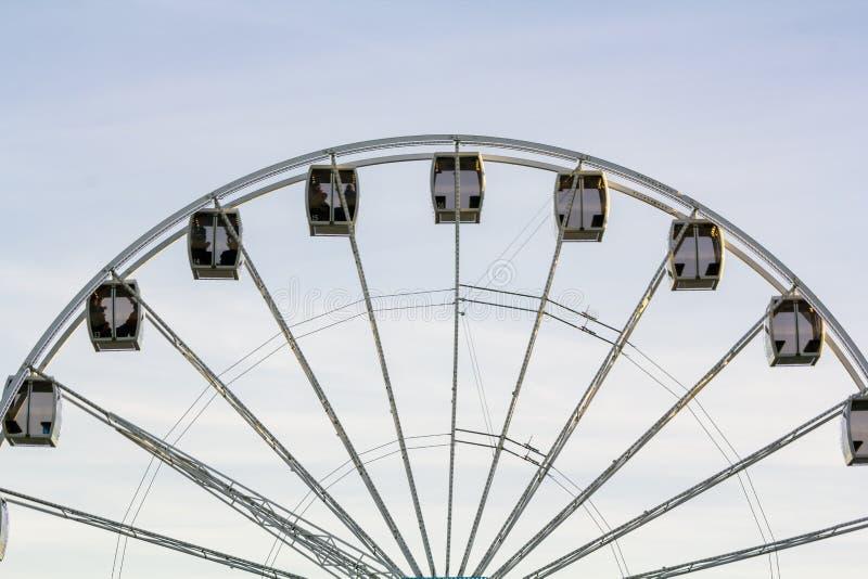 Roda de Ferris de encontro ao céu azul fotografia de stock