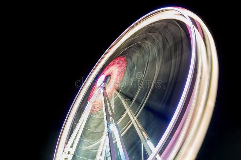Roda de Ferris de giro na noite Imagem longa do sumário da exposição foto de stock