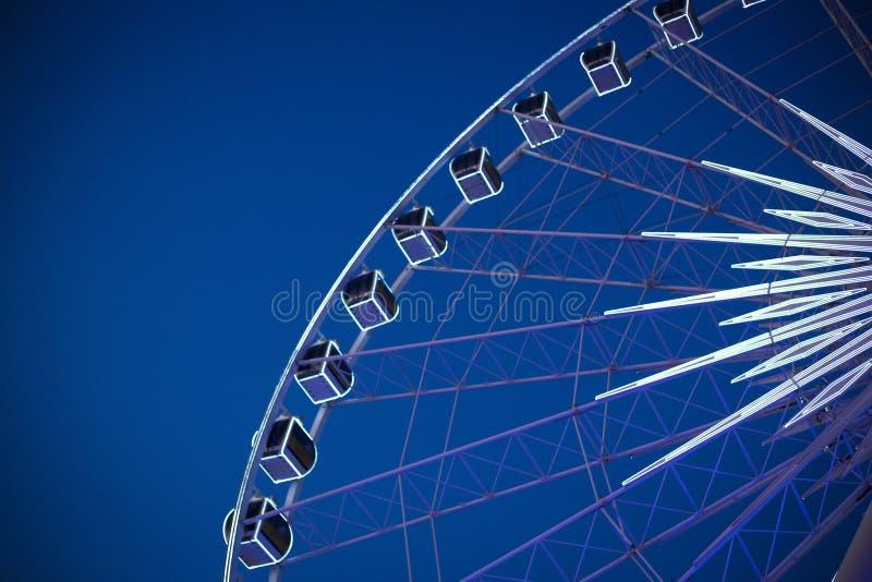 Roda de Ferris grande com o céu bonito na noite fotografia de stock royalty free