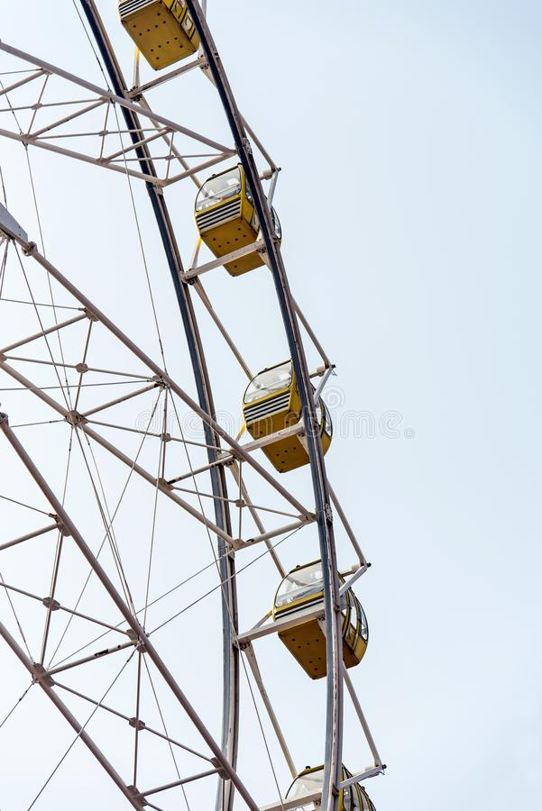 Roda de Ferris isolada no céu fotos de stock