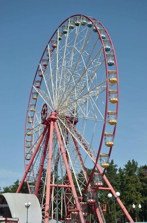 Roda de ferris multicolour grande e moderna no fundo limpo do céu azul imagens de stock royalty free