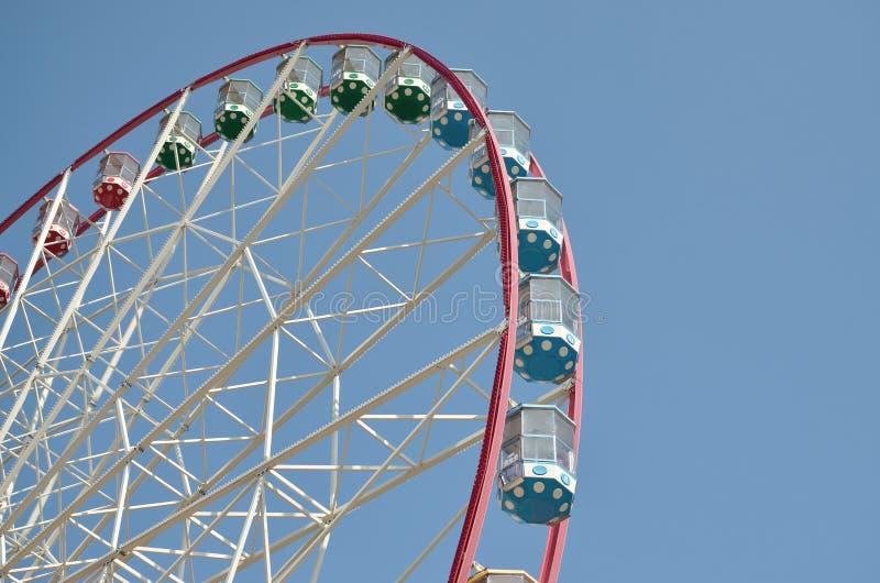 Roda de ferris multicolour grande e moderna no fundo limpo do céu azul fotos de stock