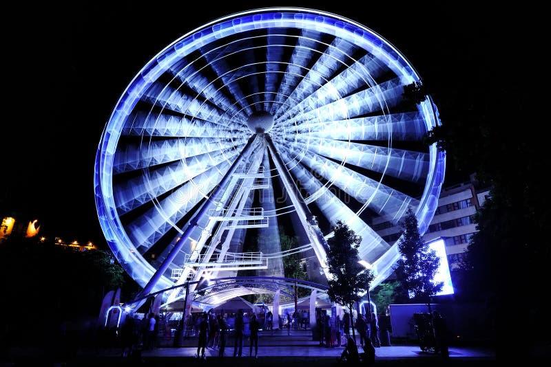 Roda de Ferris no parque de diversões na noite foto de stock royalty free