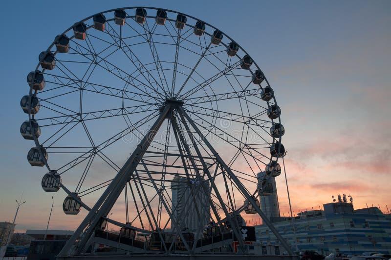 Roda de Ferris perto do complexo da compra e do entretenimento de Gorki no por do sol imagem de stock royalty free
