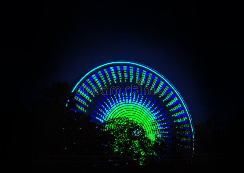 Roda de Ferris que gira na noite fotos de stock