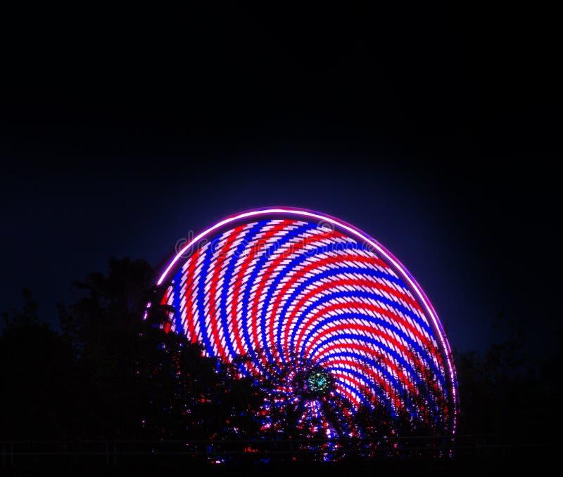 Roda de Ferris que gira na noite foto de stock