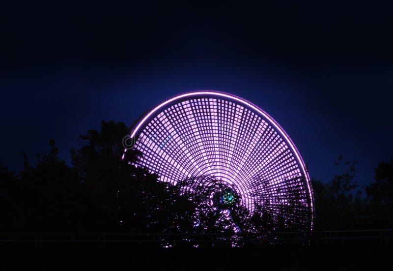 Roda de Ferris que gira na noite em Houston imagem de stock