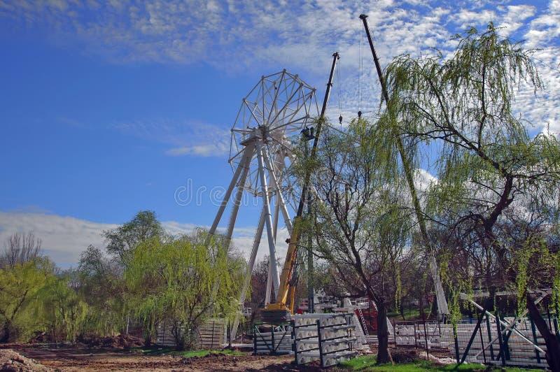 Roda de Ferris sob a construção fotos de stock