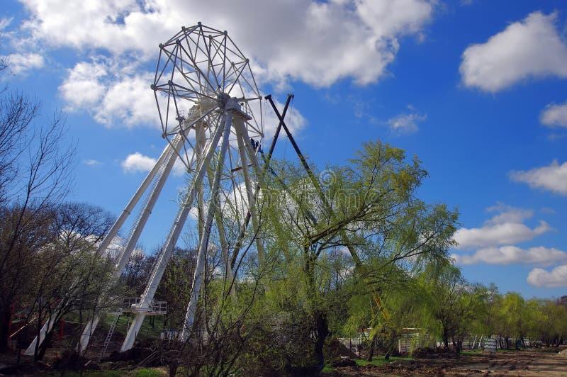 Roda de Ferris sob a construção fotografia de stock royalty free