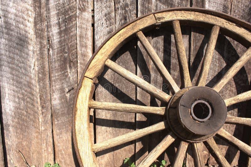 Roda de madeira contra o celeiro foto de stock