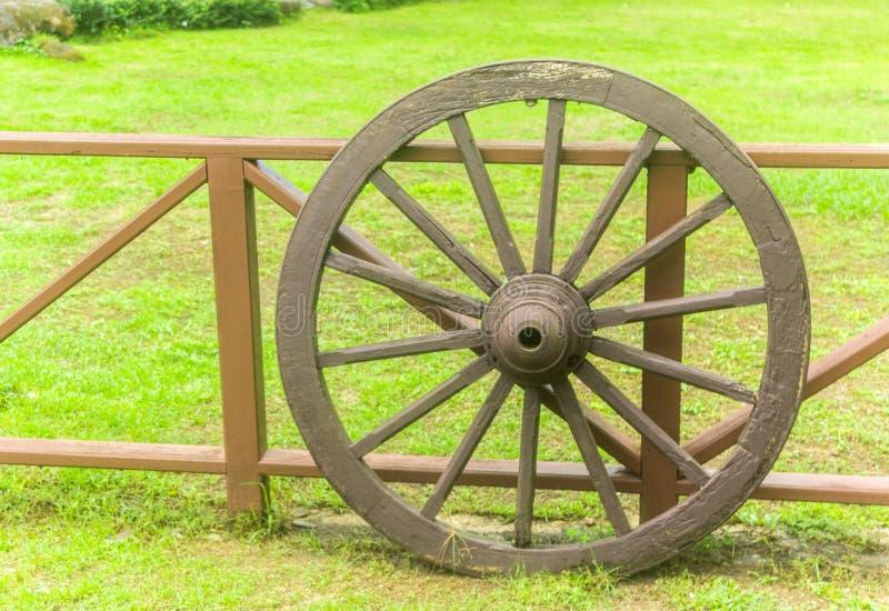 Roda de madeira velha fotos de stock