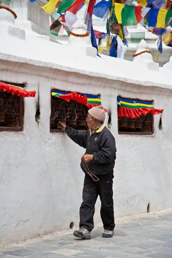 Roda de oração de giro do devoto em Bouddhanath fotografia de stock royalty free