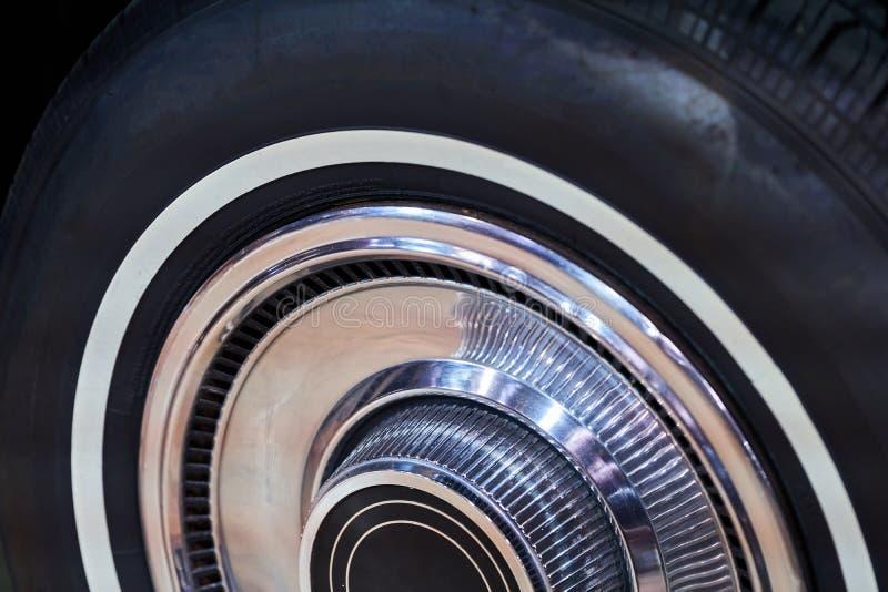 A roda de um carro americano do vintage Carros poderosos do músculo fotos de stock