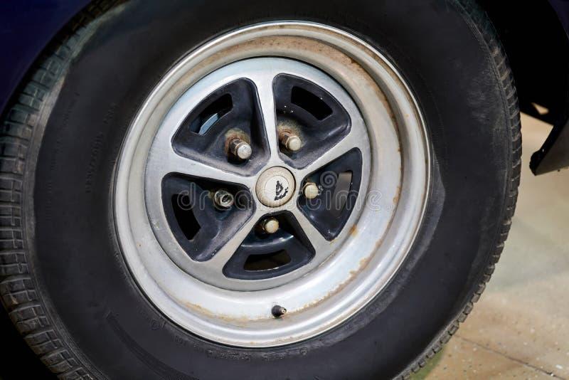 A roda de um carro americano do vintage Carros poderosos do músculo imagens de stock royalty free