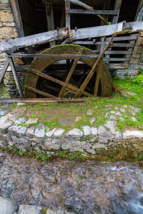 A roda de um moinho de água no Etera complexo etnográfico em Bulgária fotos de stock
