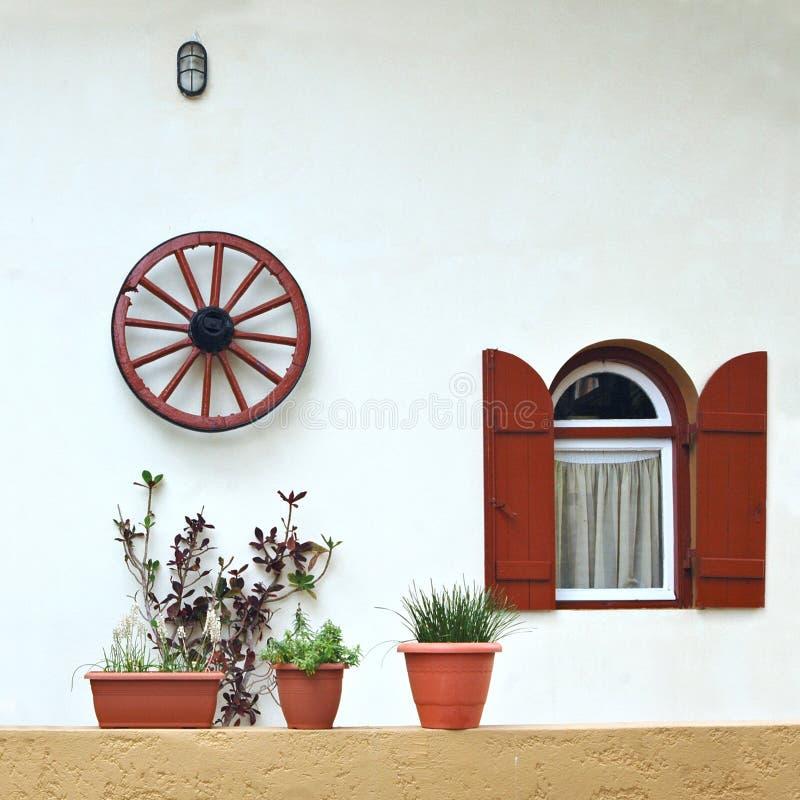 Roda de vagão rústica uma parede imagens de stock royalty free