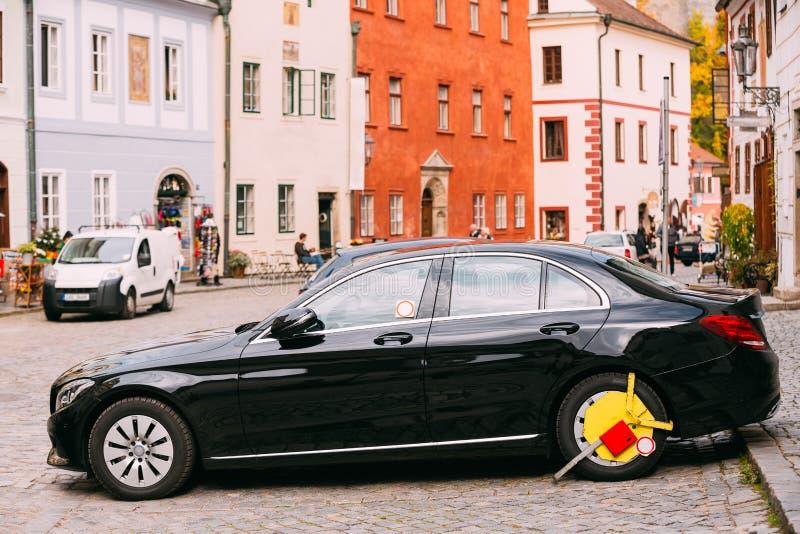 A roda do carro era fechado com o fechamento de roda apertado amarelo pela polícia de trânsito fotos de stock royalty free