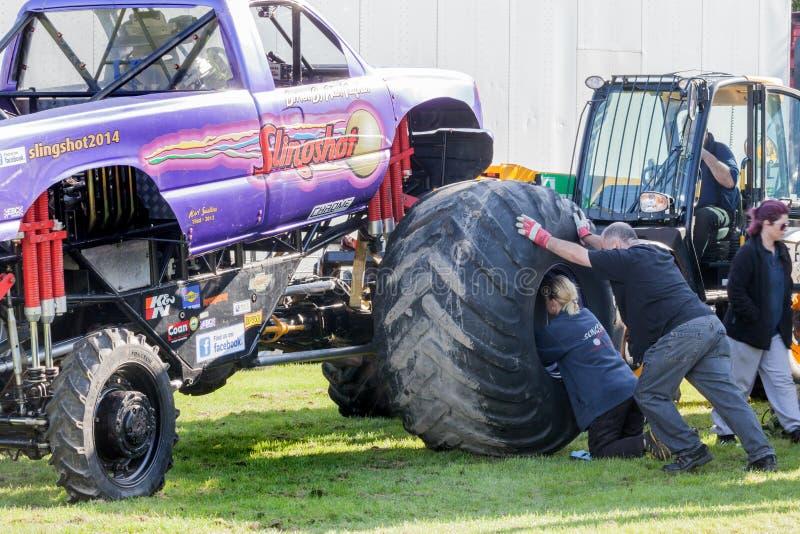 Roda do estilingue do monster truck que está sendo posta sobre foto de stock royalty free