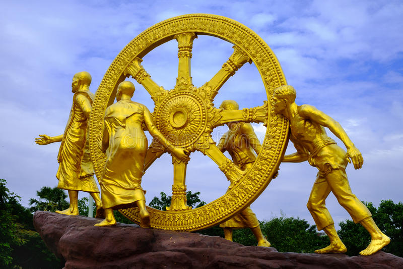 Roda dourada de Dhamma em nuvens do céu imagens de stock royalty free