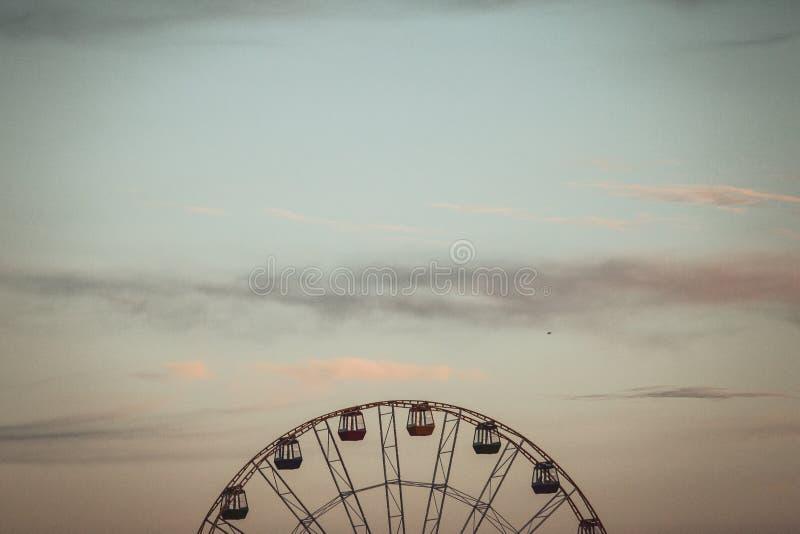 Roda e céu de Ferris imagens de stock royalty free