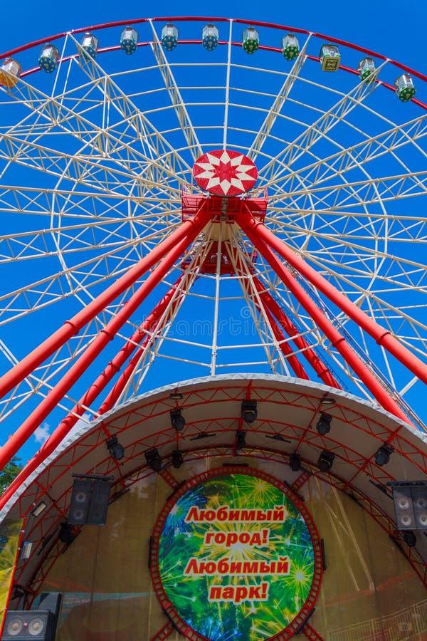 Roda e cena de Ferris em um fundo do céu azul claro fotografia de stock royalty free