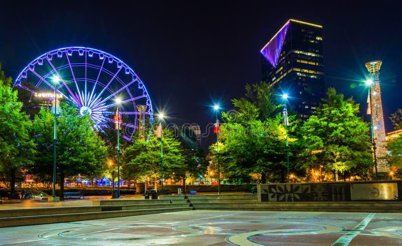 Roda e construções de Ferris vistas do parque centenário olímpico em fotos de stock royalty free
