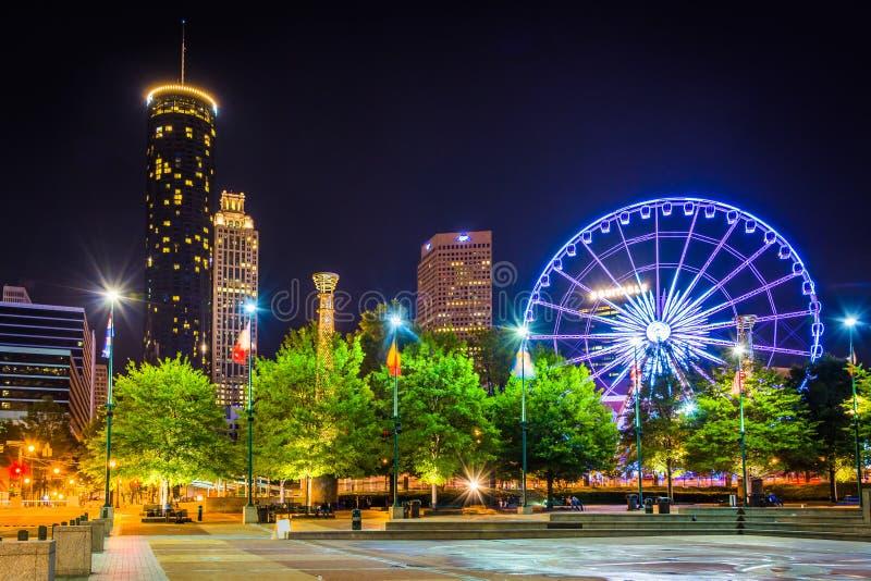 Roda e construções de Ferris vistas do parque centenário olímpico em fotografia de stock